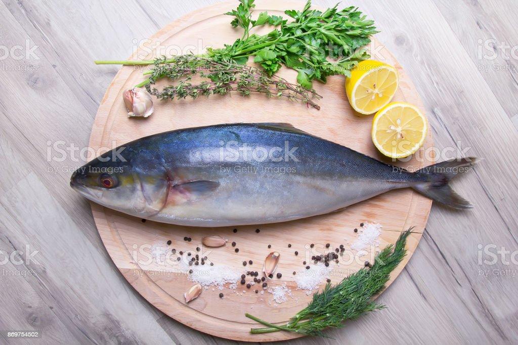 Сырой тунец желтохвостый (желтоперый) на деревянной доске. stock photo