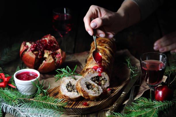 мясной рулет с брусничным соусом - aufstrich weihnachten stock-fotos und bilder