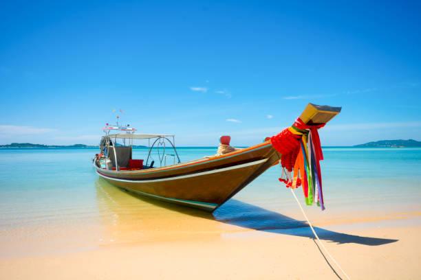 fischer longtail-boot am strand verankerung im sonnigen tag - schönste reiseziele der welt stock-fotos und bilder