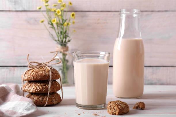 топленое молоко в стакане топленое молоко с овсяным печенье chocolate milk stock pictures, royalty-free photos & images