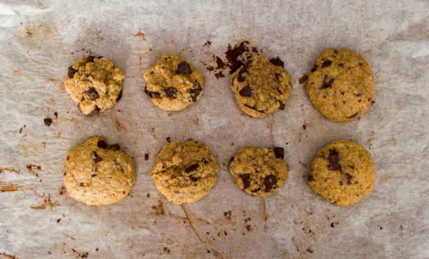 chocolate cookies frisch zubereitet - kochen mit oliver stock-fotos und bilder