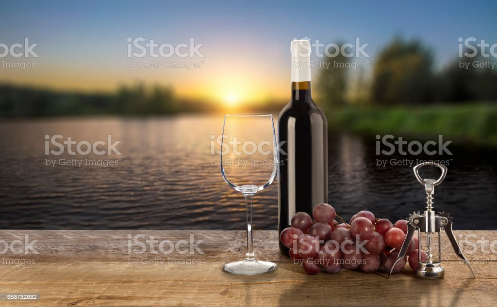 Красное вино и закат royalty-free stock photo