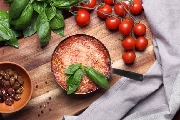 лазанья с базиликом - chefkoch auflauf stock-fotos und bilder