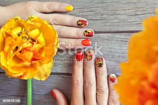 istock Маникюр с тюльпанами. 959648156