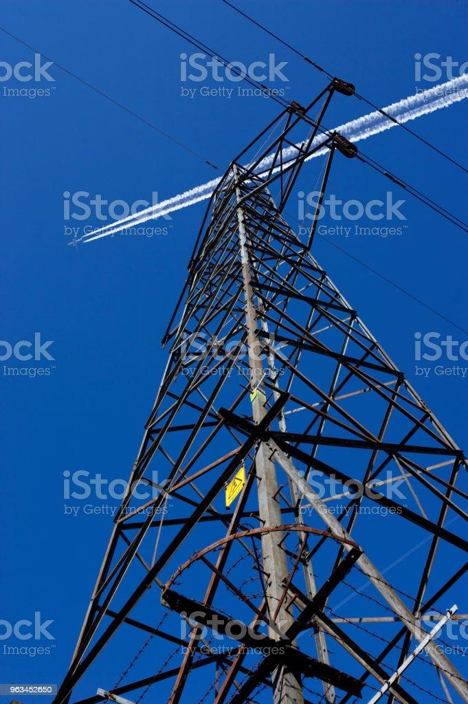 ELECTRICITY PYLON AND CABLES - Zbiór zdjęć royalty-free (Bez ludzi)