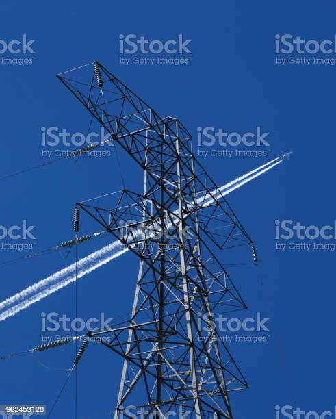 Słup Energetyczny I Kable Ze Śladem Wydechu Samolotu - zdjęcia stockowe i więcej obrazów Elektryczność