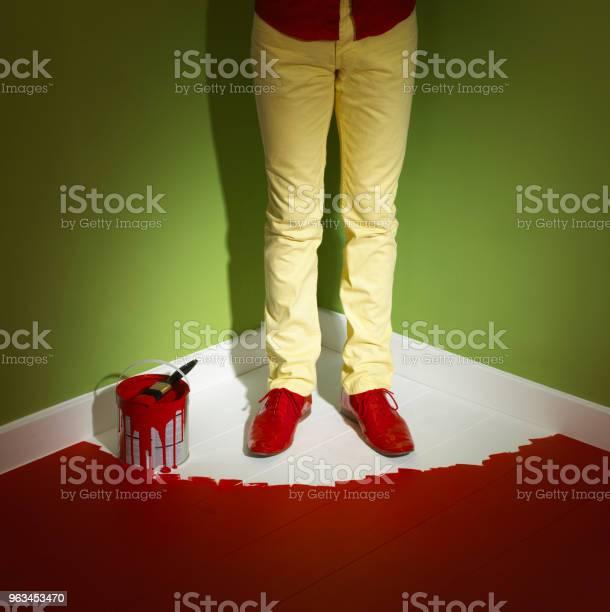 Adam Sari Kot Gi̇yen Oda Islak Boya Tarafindan Köşesi̇nde Sikişmiş Stok Fotoğraflar & Adamlar'nin Daha Fazla Resimleri