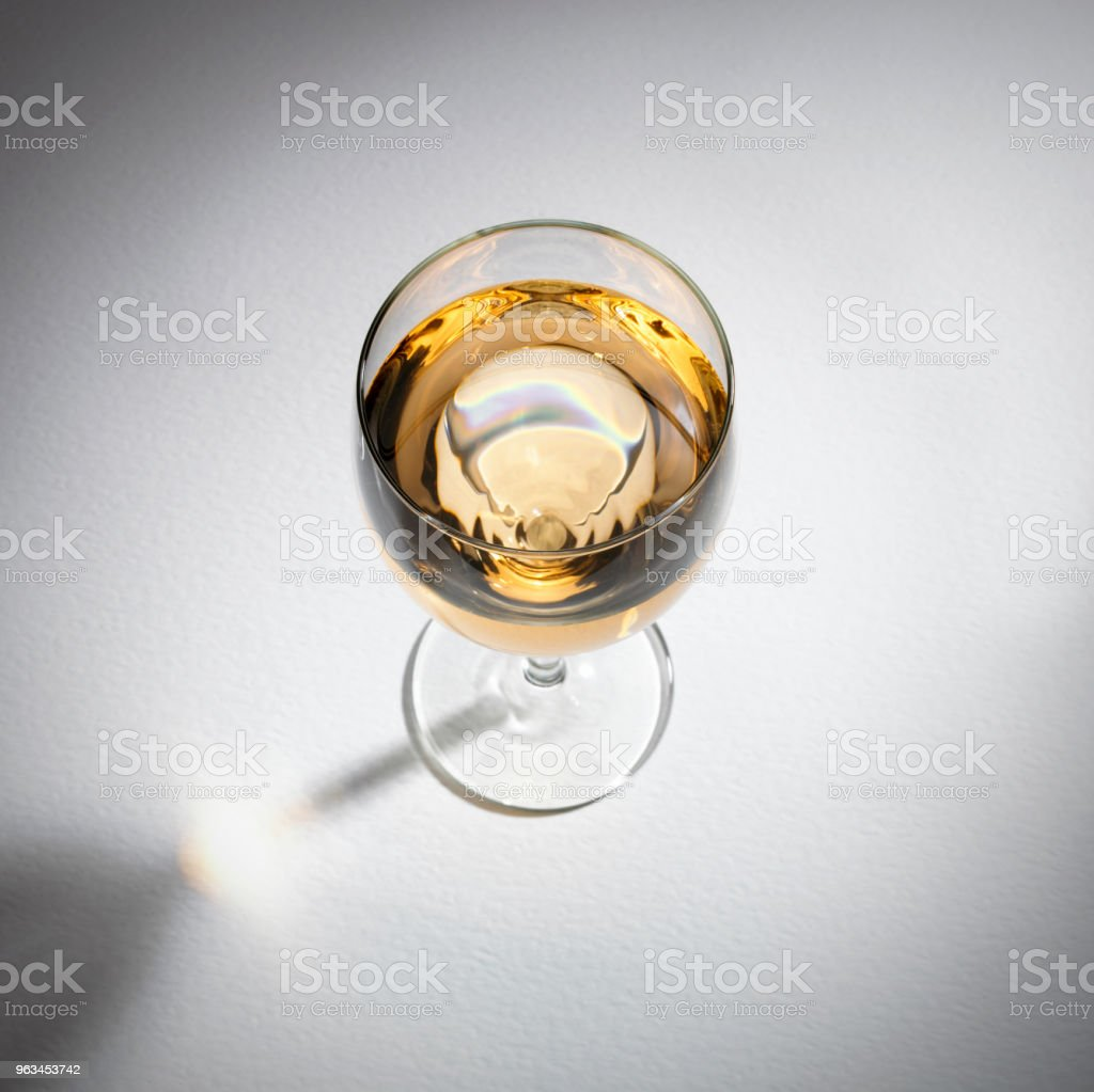 GLASS OF WHITE WINE - Zbiór zdjęć royalty-free (Alkohol - napój)