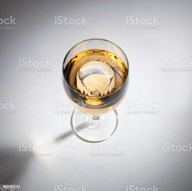Kieliszek Białego Wina - zdjęcia stockowe i więcej obrazów Alkohol - napój