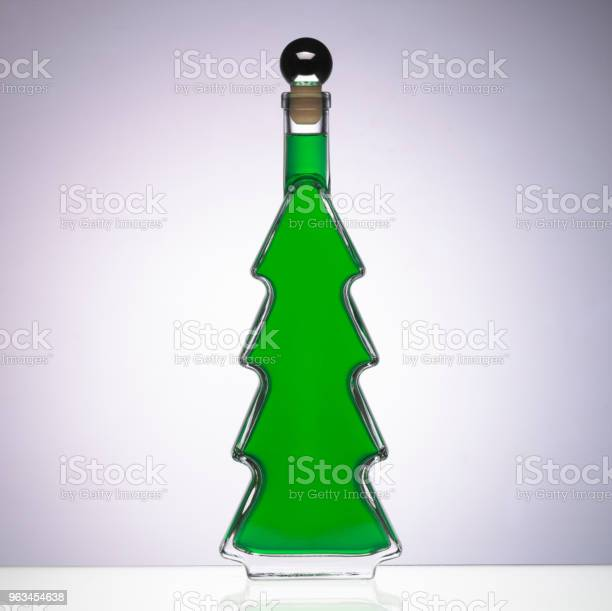 Szklana Butelka W Kształcie Choinki Pełnej Zielonej Cieczy - zdjęcia stockowe i więcej obrazów Bez ludzi