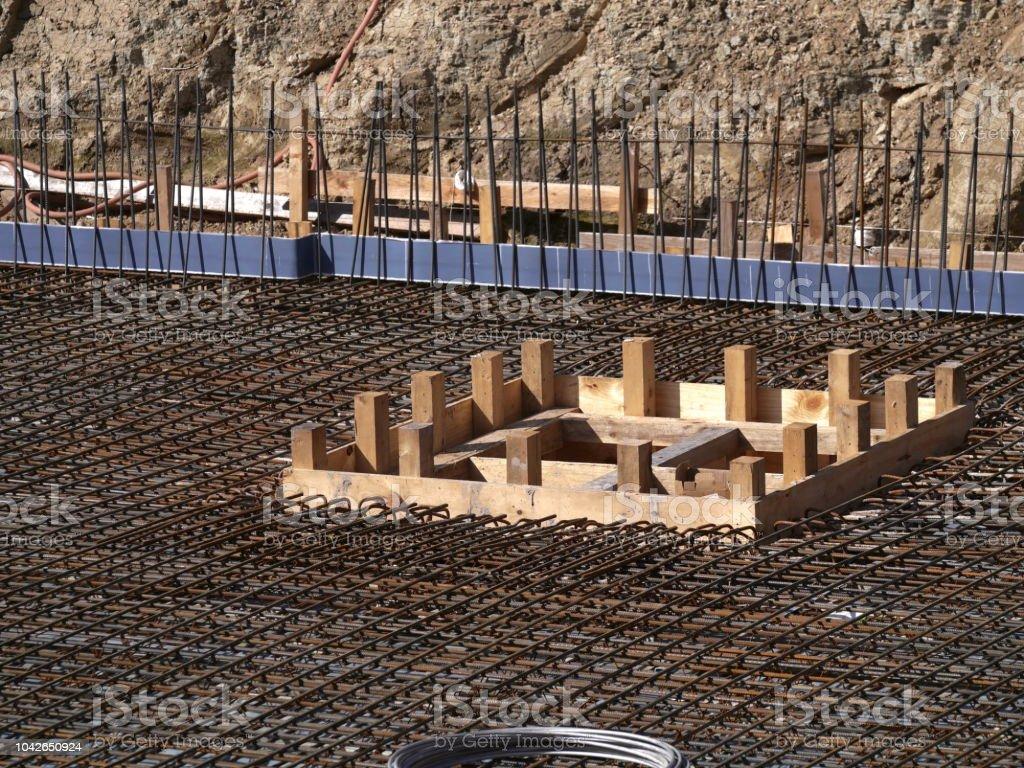 0500_Excavation Grube mit konkreten Stahlmatten und Monier Eisen für die Bodenplatte – Foto