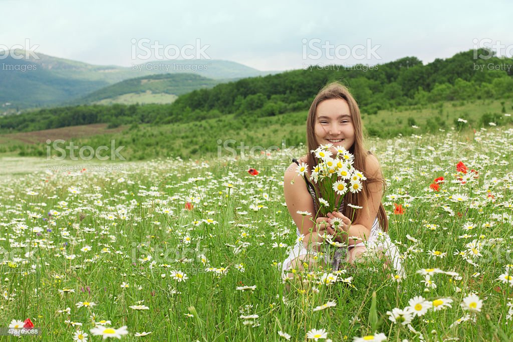 10-years old girl laughing on the meadow foto