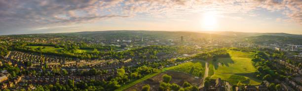 12k aerial panorama of sheffield city, south yorkshire, uk during sunset - spring 2019 - grandangolo tecnica fotografica foto e immagini stock