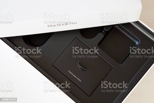 15inch-apple-macbook-pro-with-retina-display-empty-box-picture-id528622542