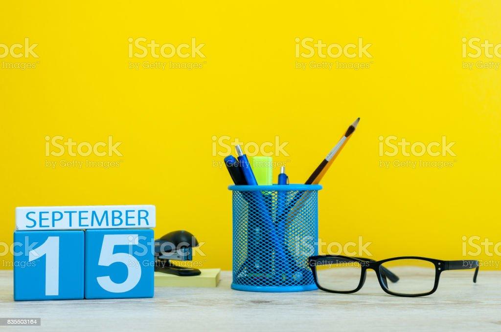 15. September. Bild des 15. September Kalender auf gelbem Hintergrund mit Büromaterial. Herbst, Herbst – Foto