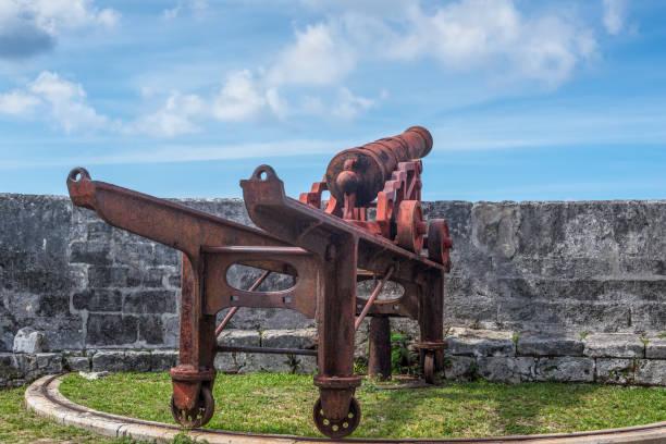 1800 era cannon op fort fincastle, nassau, bahama's - nassau new providence stockfoto's en -beelden