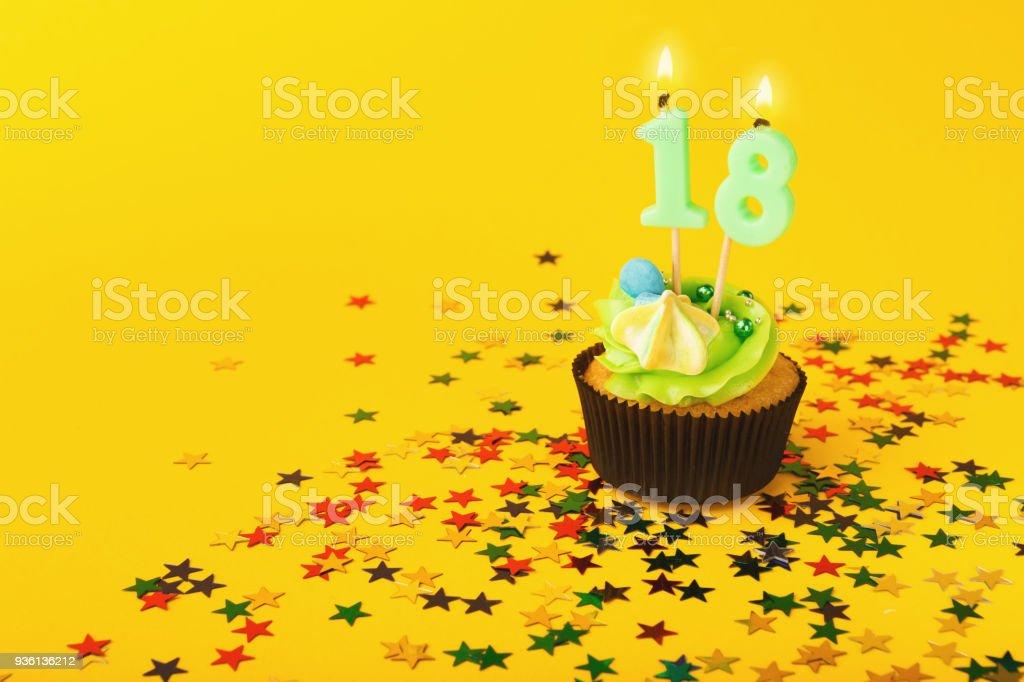 18. Geburtstag Cupcake mit Kerze und Streuseln – Foto