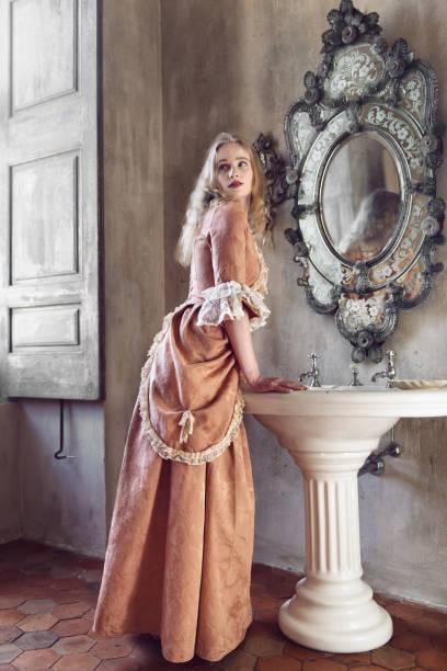 18e eeuw vrouw in een kasteel - 18e eeuw stockfoto's en -beelden