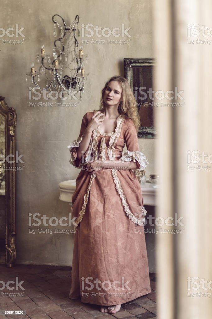mulher do século XVIII, em um castelo - foto de acervo