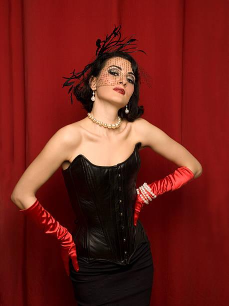 den glamour der 1950 er - rote bleistiftröcke stock-fotos und bilder
