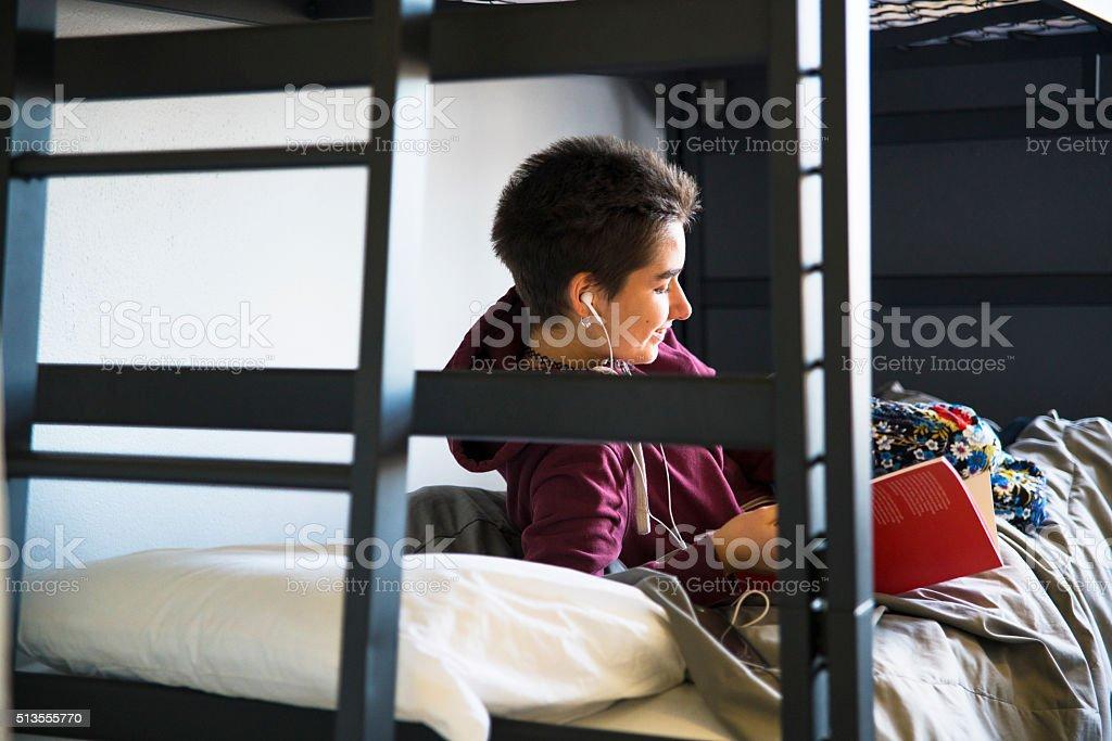 De 19 anos de idade no campus menina estudante Dormitório do quarto - foto de acervo