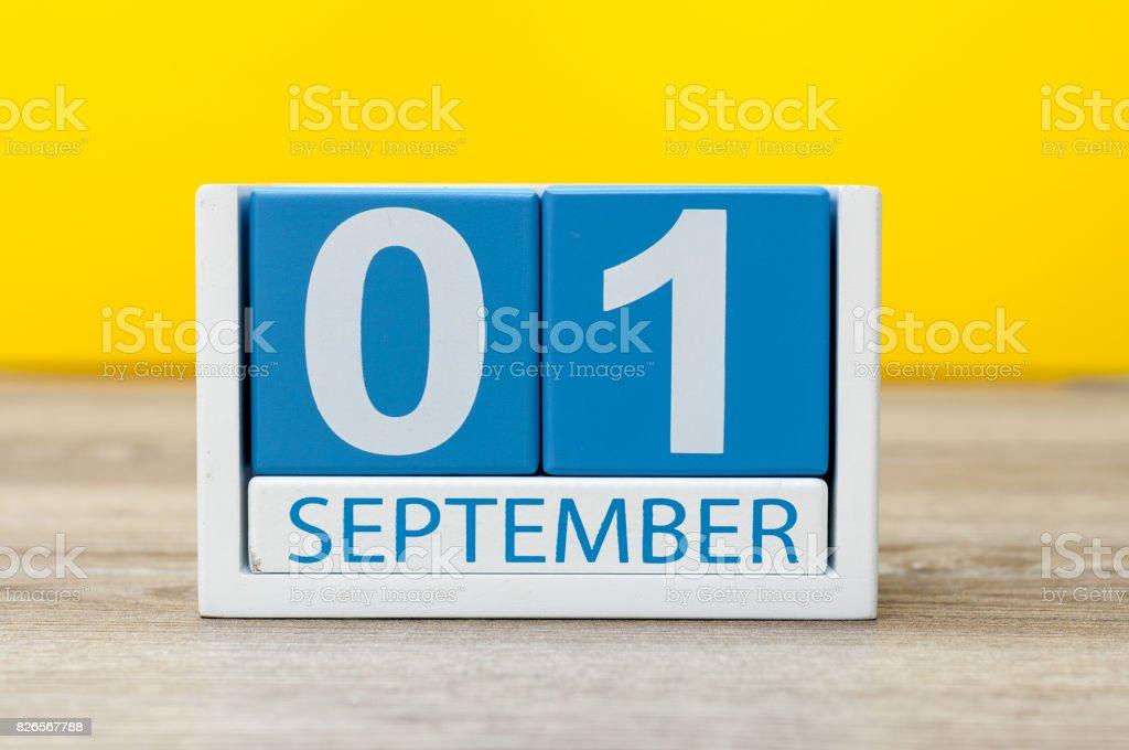 1. September. Bild vom 1. September, Kalender auf gelbem Hintergrund. Zurück zum Schulkonzept – Foto