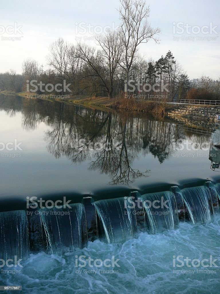 Bäume spiegeln sich im Wasser royalty-free stock photo