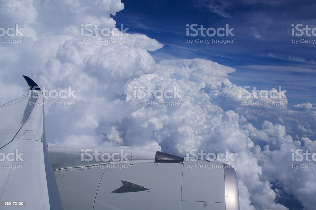 DUSSELDORF - 22nd JULY 2016: Singapore Airlines Airbus A350 clouds - foto stock
