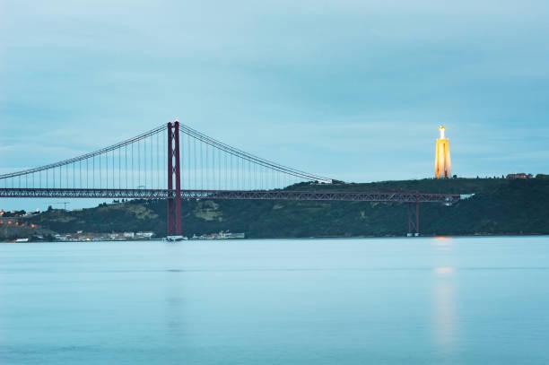 24th april bridge and cristo rei in lisbon at dusk - cristo rei lisboa imagens e fotografias de stock