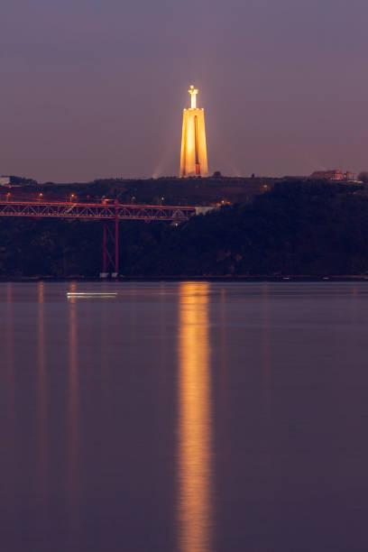 25th of april bridge and cristo rei statue in lisbon - cristo rei lisboa imagens e fotografias de stock