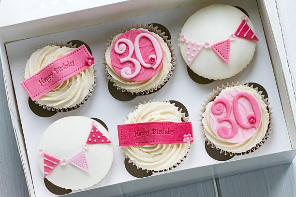 30 urodziny cupcakes - 30 te urodziny zdjęcia i obrazy z banku zdjęć