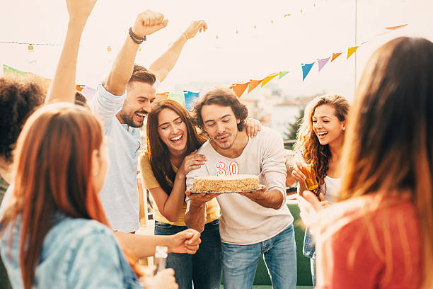 30 th geburtstags-party - jugendliche geburtstag geschenke stock-fotos und bilder