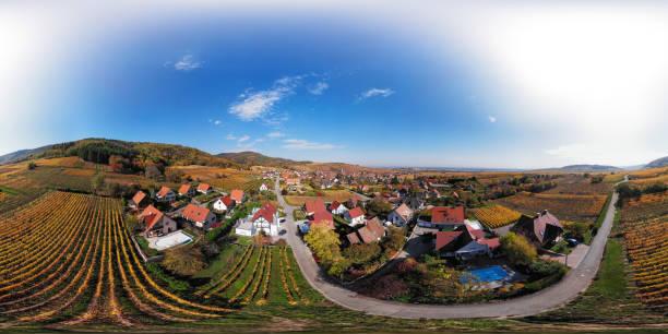 360 x 180 grados esféricos (equirectangular) panorama aéreo de otoño riquewihr viñedos, ruta de vino de alsacia, francia - 360 fotografías e imágenes de stock