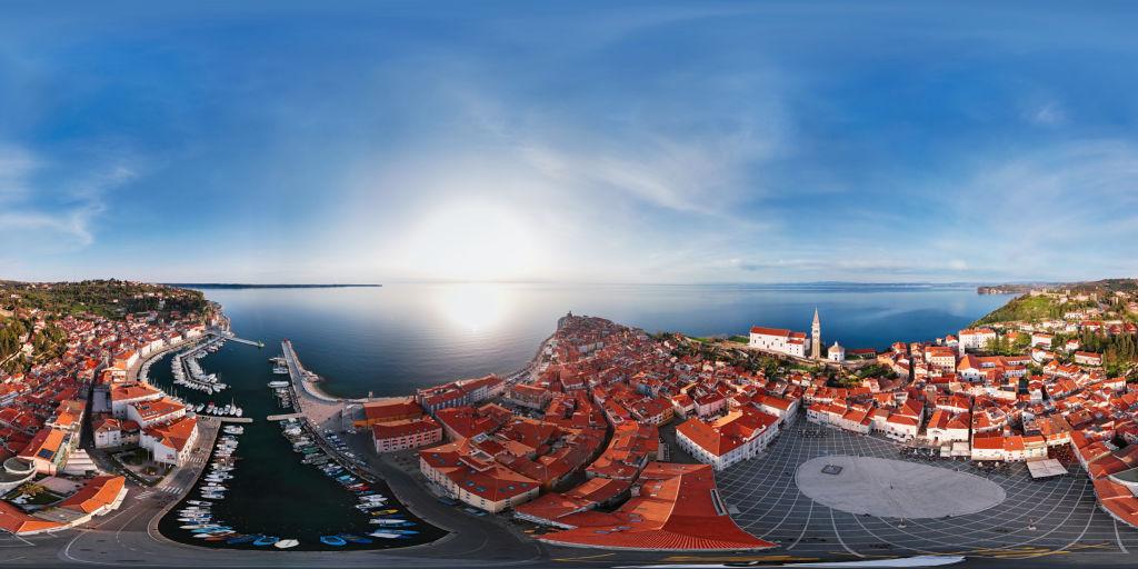 360 x 180 graders sfäriska (ekvirektangulär) antenn panorama över småbåtshamnen och gamla stadskärnan Piran, Slovenien - Royaltyfri 360 graders vy Bildbanksbilder