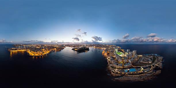 360 x 180 grados esféricos (equirectangular) panorama aéreo del casco antiguo de la valletta y resort sliema al atardecer, malta - 360 fotografías e imágenes de stock
