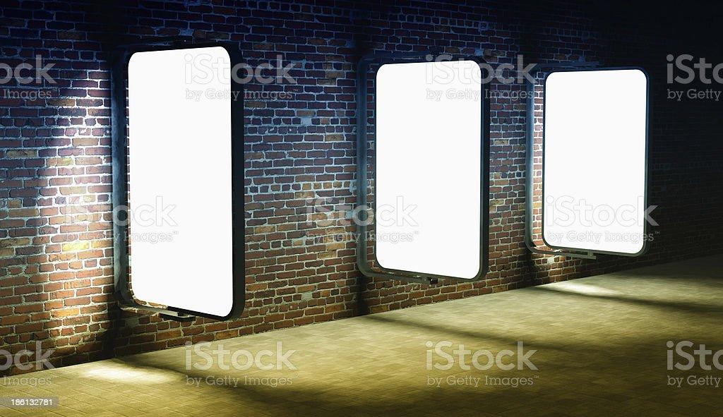 3 d de panneaux d'affichage publicitaire rue vide sur mur de briques de nuit - Photo