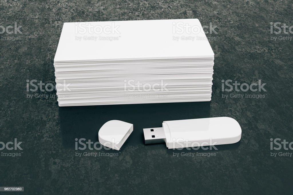 3d Leere Weiße Visitenkarten Und Usb Memorystick Stockfoto