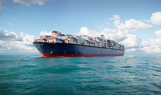 What are the advantages of choosing reefer containers to ship perishable products?