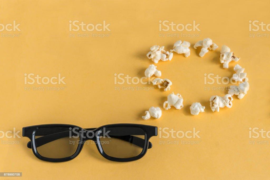 3D-Brille und denken/Sprechblase Popcorn auf einem gelben Hintergrund. – Foto