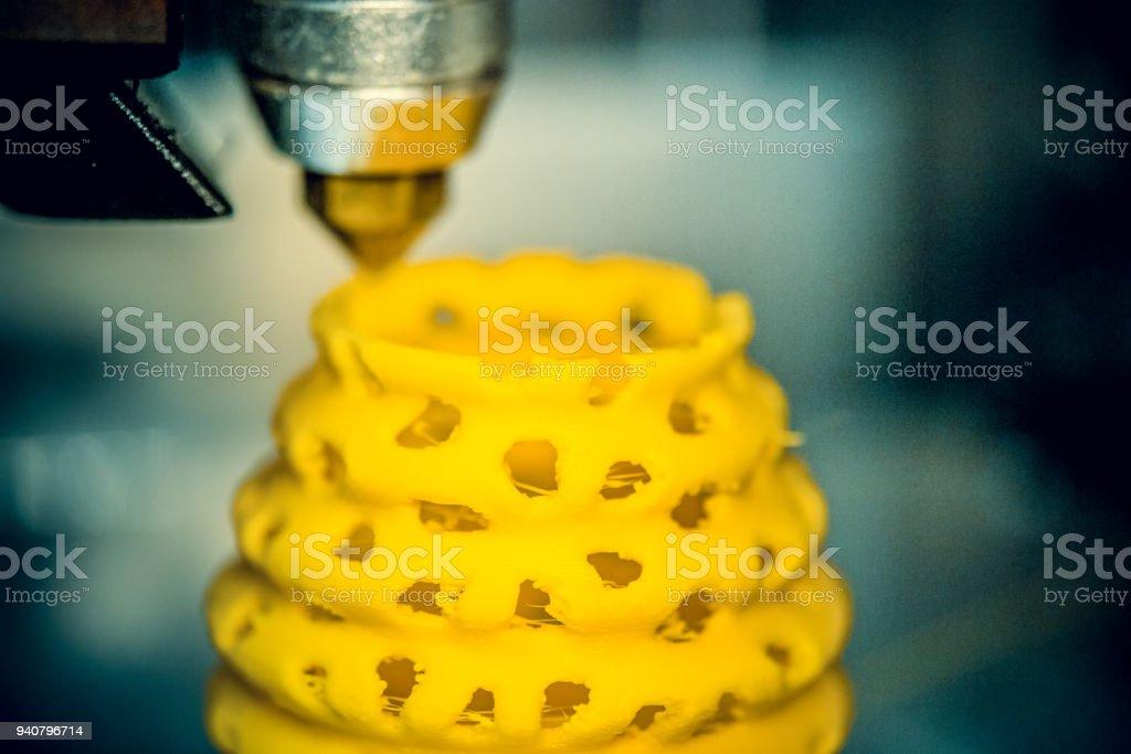 impresora 3D de impresión de objetos forma amarilla closeup - foto de stock
