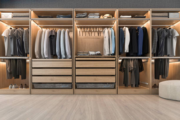 3d rendering modernen skandinavischen weißem holz gehen in schrank mit garderobe in der nähe von fenster - garderobe mit schuhschrank stock-fotos und bilder