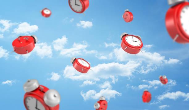 3d-weergave van een veel rode retro uitziende wekkers met metalen klokken naar beneden op bewolkte hemelachtergrond vallen - sleeping illustration stockfoto's en -beelden