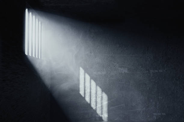3d rendering of grunge prison cell with the shadows of stanchions projected on wall from light ray on window - prisão imagens e fotografias de stock