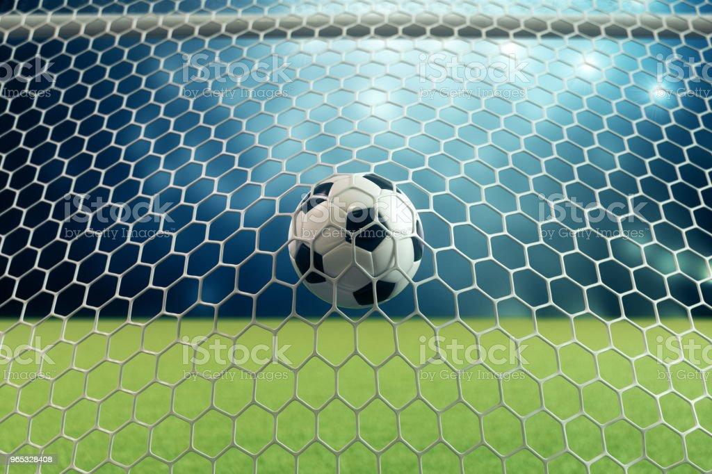 3d. 在球門球中渲染足球。足球在網路上與聚光燈和體育場的燈光背景, 成功的概念。足球在藍色背景與草。 - 免版稅休閒活動 - 主題圖庫照片