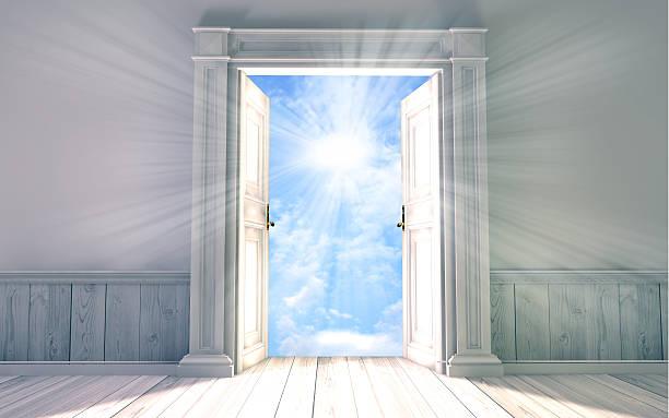 renderowania 3d pustym pokoju z otworzył drzwi - niebo życie pozagrobowe zdjęcia i obrazy z banku zdjęć
