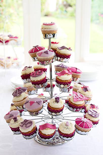 40 th birthday cupcakes - cupcake türme stock-fotos und bilder