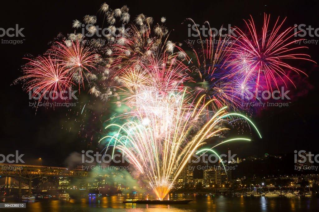 4. Juli Independence Day Feuerwerk entlang Willamette River in downtown Portland OR Wasser – Foto
