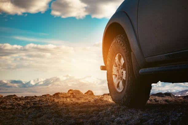 4x4 auto wiel tegen bergen - altai nature reserve stockfoto's en -beelden