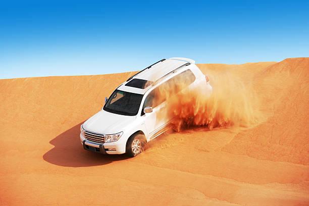 4 x4 Duna bashing es un deporte popular del desierto Arábigo - foto de stock