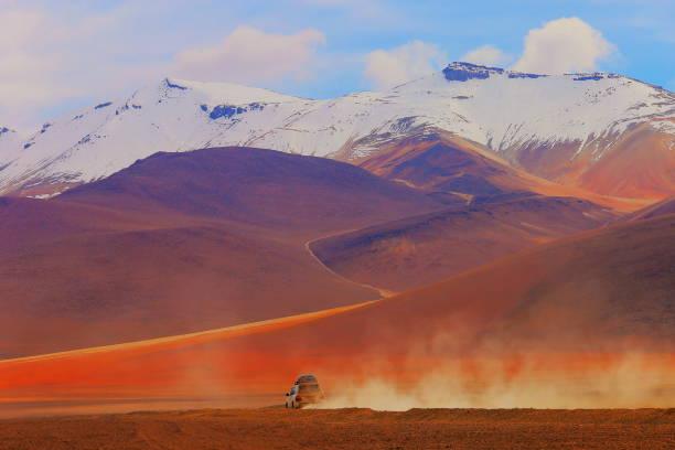 四驅車越野車前往阿塔塔塔沙漠-火山景觀, 玻利維亞安第斯山脈-波托西-玻利維亞 - 阿爾蒂普拉諾山脈 個照片及圖片檔